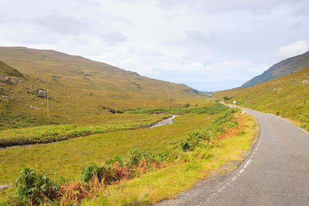스코틀랜드 도로 물마루 시골. 관점 도로. 스코틀랜드 파노라마