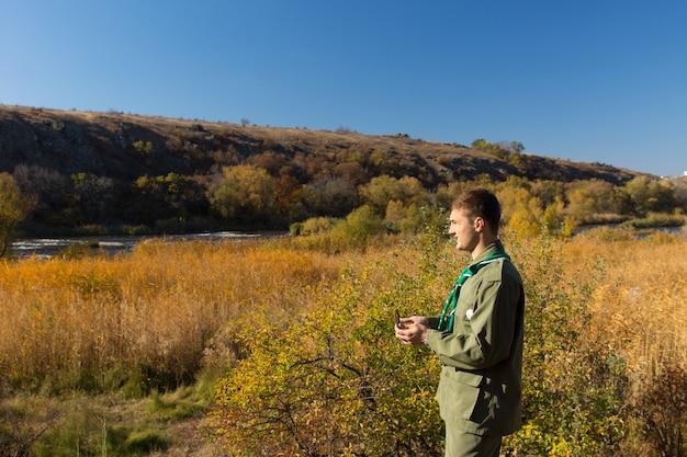 나침반을 사용하여 황야를 걷는 스카우트를 통해 주변의 풍경을 바라보며 트레일을 탐색하세요.