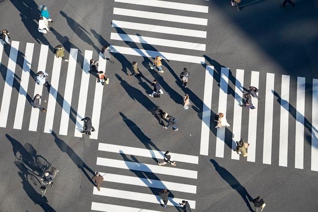 사람들이 오가는 일본 도쿄 스크램블 교차로