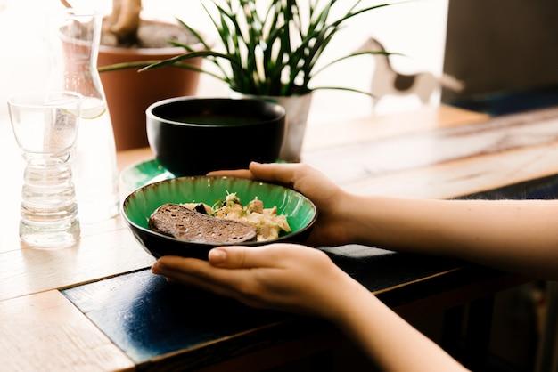 계란과 손에 빵, 선택적 초점의 접시를 스크램블