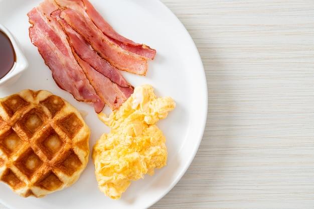아침으로 베이컨과 와플을 곁들인 스크램블 에그