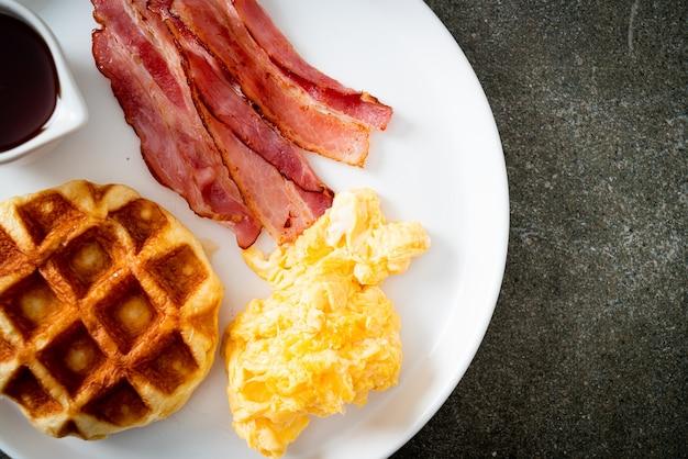 Яичница с беконом и вафлями на завтрак