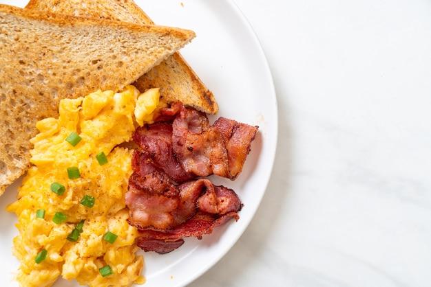 Яичница-болтунья с поджаренным хлебом и беконом на завтрак