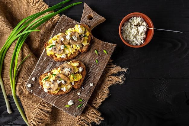 スクランブルエッグフレンチトーストとマッシュルームとカッテージチーズ。