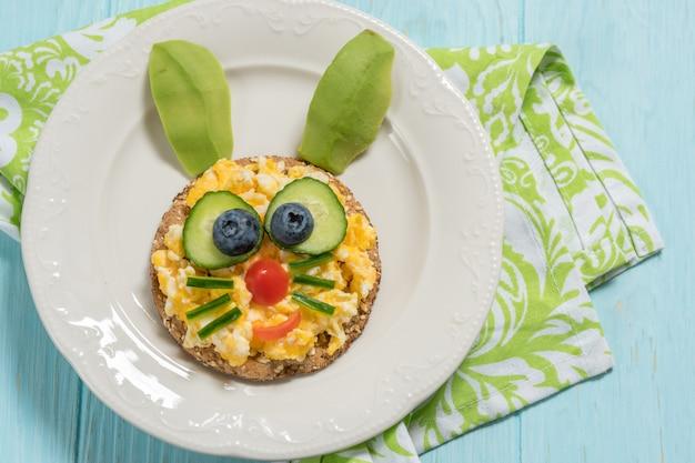 아이 아침 식사 스크램블 계란 재미 토끼