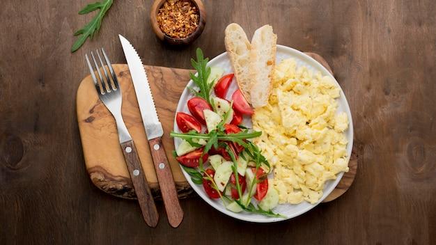 Яичница-болтунья на тарелке