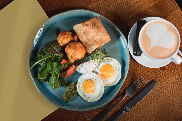 튀긴 감자와 토스트와 고기에 계란 스크램블