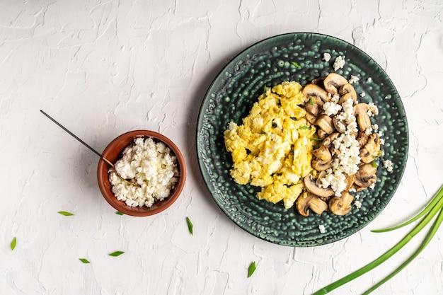 양파와 버섯 흰색 테이블에 스크램블.
