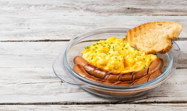 皿にソーセージを添えたスクランブルエッグ