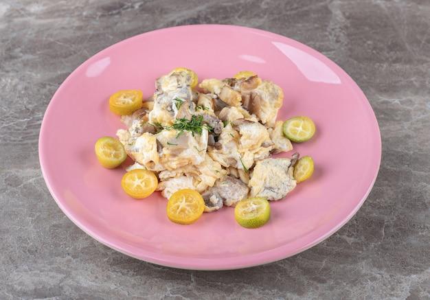 ピンクのプレートに野菜とスクランブルエッグ。