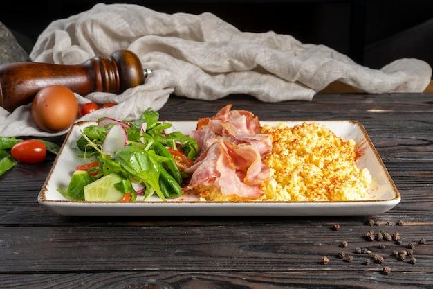 Омлет с беконом и овощным салатом.