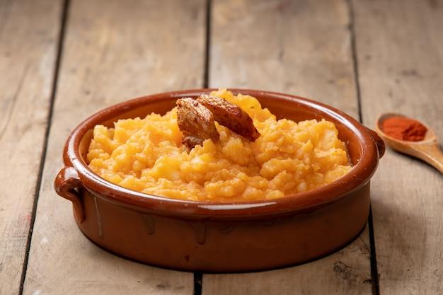 Блюдо из картофеля на деревянных досках