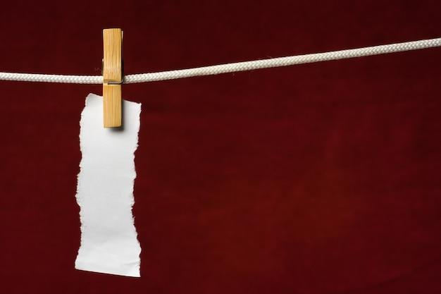Скрап-бумага прикрепляет прищепку к веревке на венозном фоне