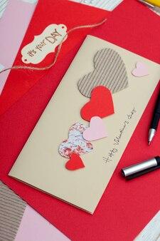 スクラップブックの背景。装飾が施されたカードとツール。バレンタイン・デー