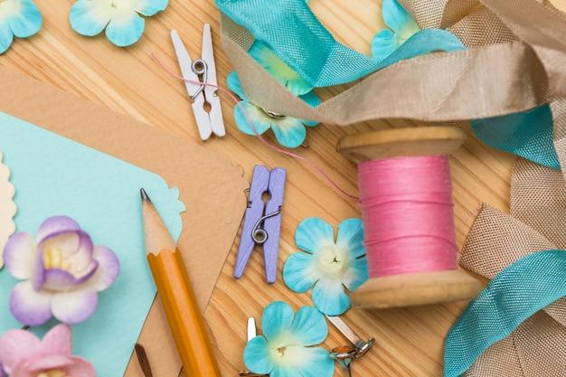 スクラップブックの背景。装飾が施されたカードとツール