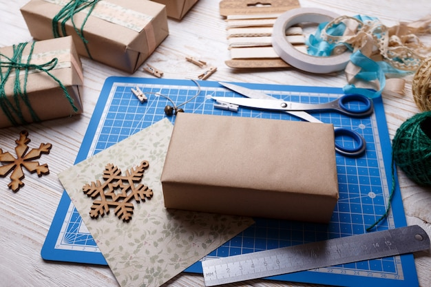 スクラップブックの背景。クリスマス-女の子パックギフト