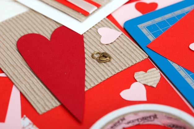 スクラップブックの背景。バレンタインデーにポストカードを持っている女の子