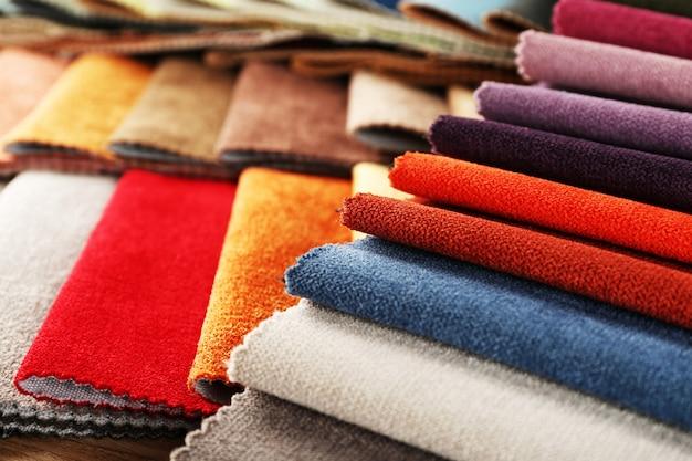 Обрывки цветной ткани крупным планом