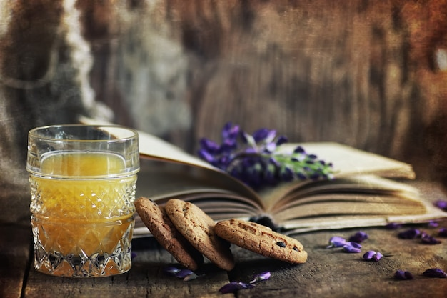 Эффект царапин на фото ретро книге на деревянном завтраке с напитком