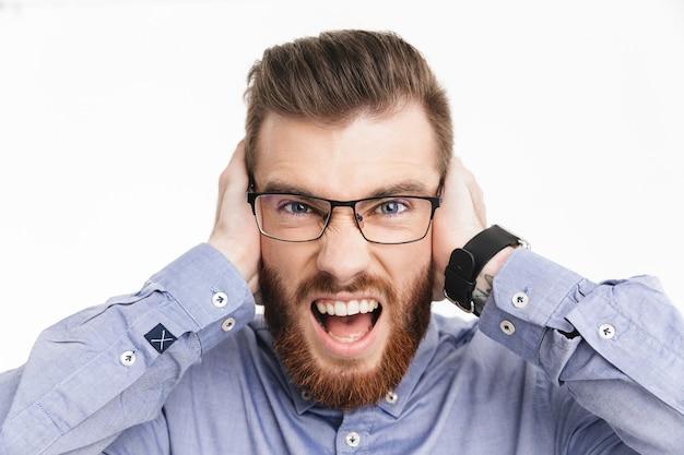 Кричащий бородатый элегантный мужчина в очках, закрывающих уши и глядя