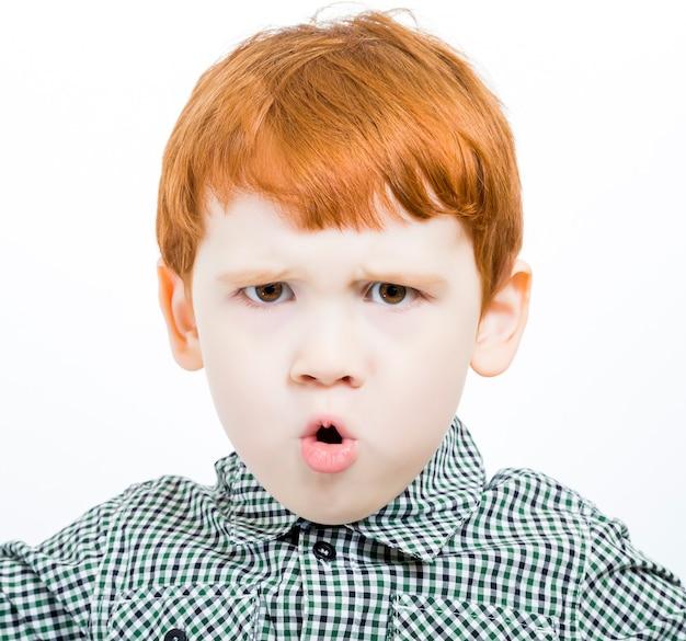 赤い髪の少年を叫ぶ