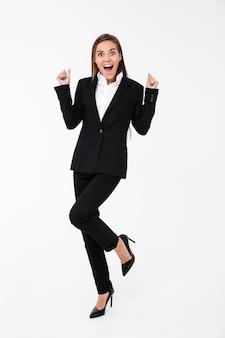 Кричащая взволнованная бизнес-леди стоя изолированный