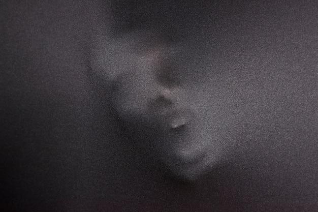 Кричащее лицо на ткани