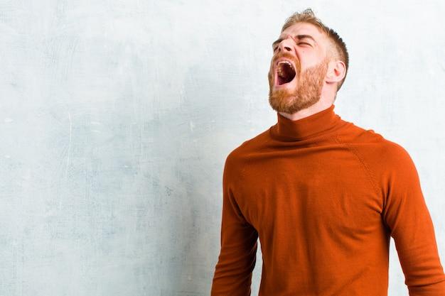 猛烈に叫び、積極的に叫び、ストレスを感じて怒っている
