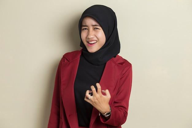 叫び、憎しみと怒りの概念。ヒジャーブの叫びで怒っている感情的なイスラム教徒の女性