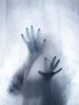 Кричащий человек, прессующий ткань занавесом, как фон ужасов