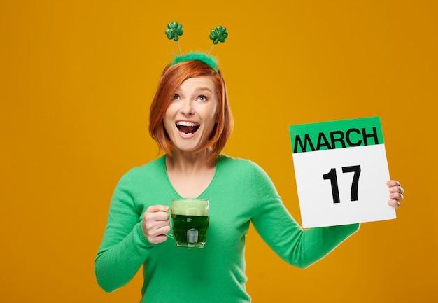 Кричащая ирландская девушка празднует день святого патрика