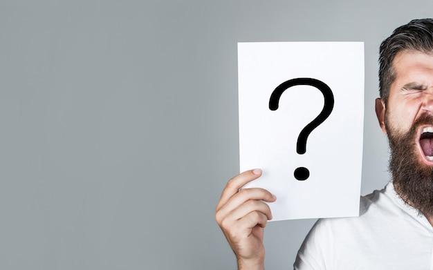 答えを得る悲鳴を上げる男悲鳴を上げる疑問符のシンボルの概念挑戦的な問題