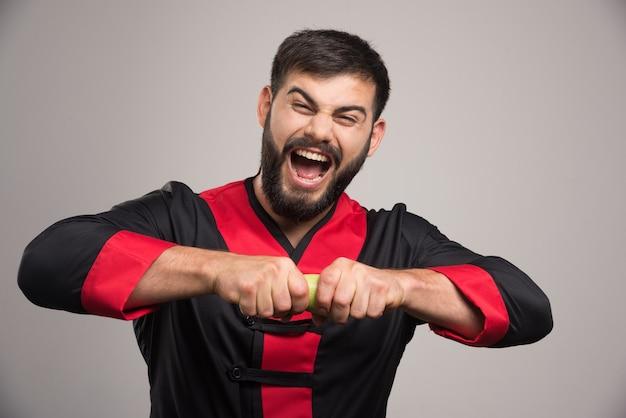 ズッキーニを壊そうとしている悲鳴を上げる男。