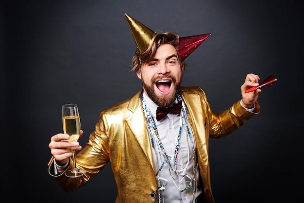 Кричащий мужчина с аплодисментами шампанского