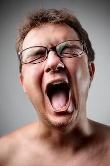 Кричащий кричащий человек