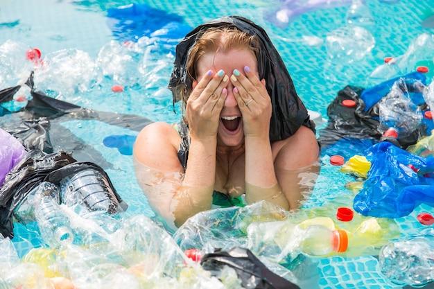 더러운 수영장에서 그의 머리 위에 비닐 봉지와 여자 비명.