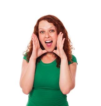 生姜髪の女性を叫ぶ
