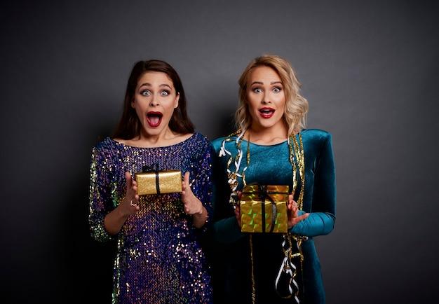 スタジオショットで贈り物を保持している悲鳴を上げる女性