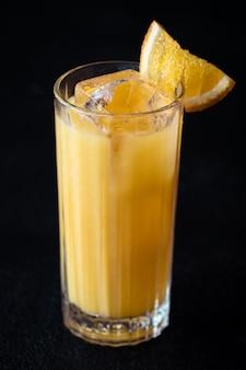 黒の背景にオレンジジュースとウォッカとスクリュードライバーカクテル