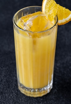 黒いテーブルにオレンジ ジュースとウォッカのスクリュー ドライバー カクテル