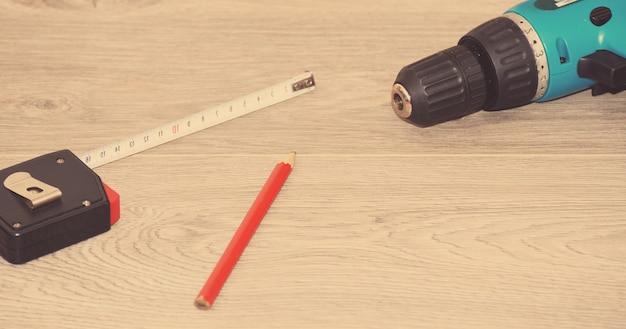 工事中の木板にドライバーメーターなどを載せる