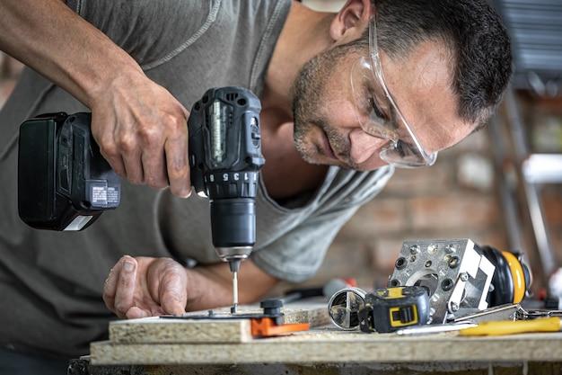 Вкручивание самореза в металлическое крепежное отверстие