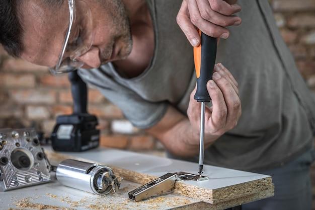 セルフタッピングネジを金属製の固定穴にねじ込む