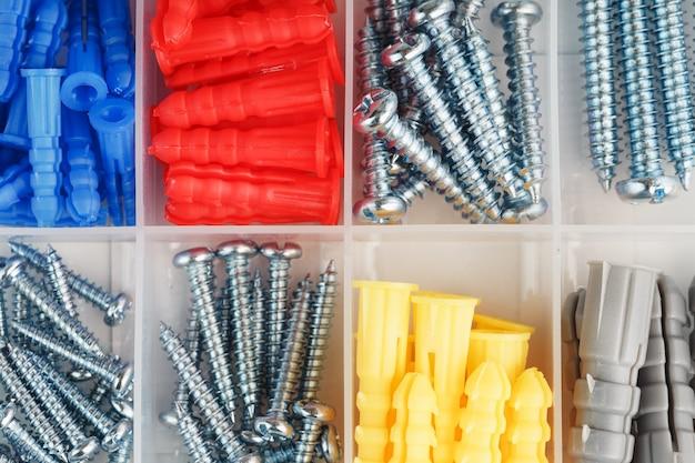 さまざまなサイズのネジとプラスチック製ダボ
