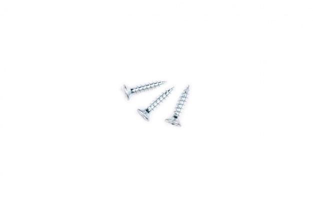 Винты на белом фоне. изолированный металлический инструмент.