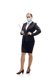 スクローリング電話。若い女性、会計士、財務アナリスト、オフィススーツの白いスタジオで分離されたブッカー