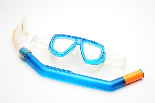 Очки для подводного плавания с дыхательной трубкой на белом