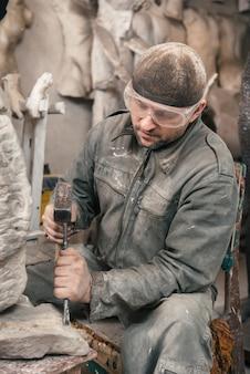 Скульптор человек работает в своей мастерской