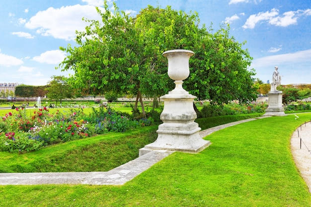 Скульптура и статуи в саду тюильри. (сад тюильри). париж. франция