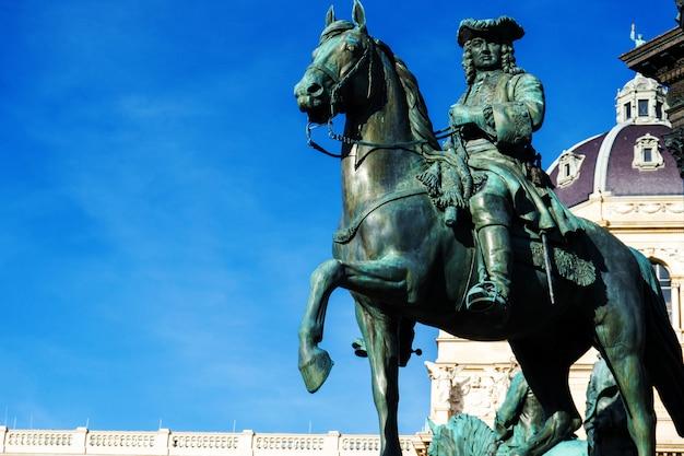 Скульптурная деталь с изображением человека на лошади статуя марии-терезии на марии-тезиенплац, вена, австрия